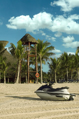 la plage le matin et jetski