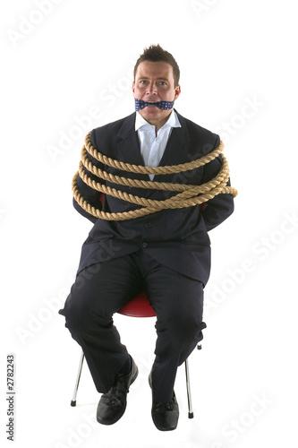 Связанный мужик на стуле