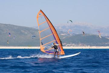 windsurf con sfondo di kitesurf