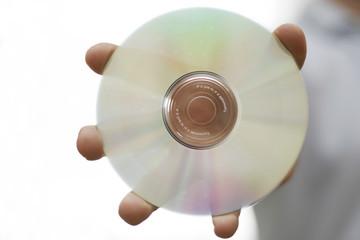 mann hält eine dvd oder cd in der hand
