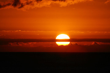 puesta de sol con el cielo rojo