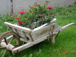 Photos illustrations et vid os de brouette en bois - Brouette de jardin en bois ...