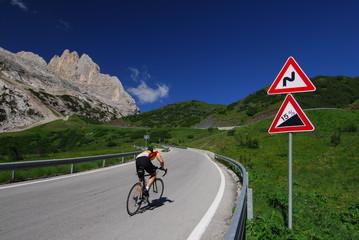 fietser in de Dolomieten
