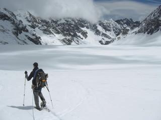 raquettiste sur le glacier blanc