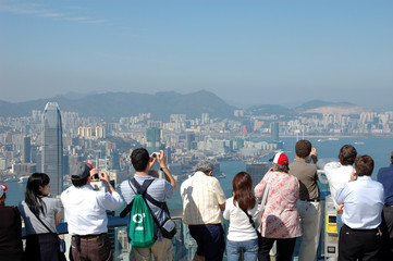 Foto auf Acrylglas Hongkong tourists sightseeing the hong kong skyline