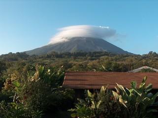 arenal, vulkan mit wolkendecke