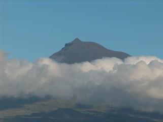 vulkan pico, von wolken umgeben