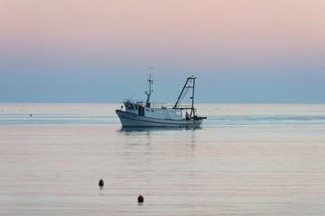 fischerboot im abendrot