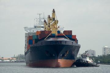 containerschiff und schlepper