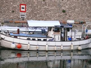 voilier blanc dans le port de l'arsenal, paris.