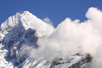 himalaya gipfel in wolken