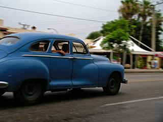 Foto op Plexiglas Oude auto s voiture cubaine en mouvement