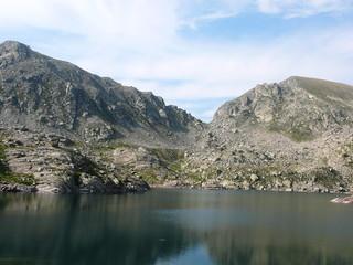 vallée au pied d'un lac