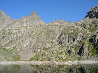 lac de haute montagne sous un un pierrier