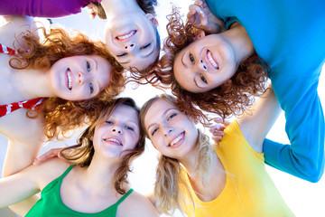 fünf modische Mädchen schauen in die Kamera