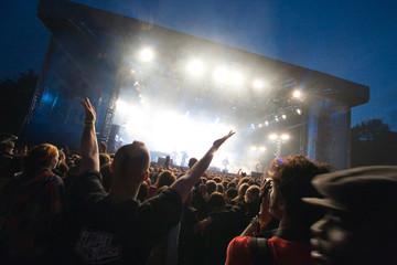 foule en délire devant un concert