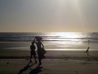 Femmes sur la plage à contre-jour