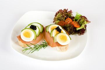 Weissbrot, belegt mit Lachsschinken und Ei