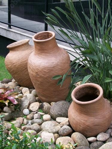 """""""Vasos de Cer u00e2mica em jardim de Edifício"""" Imagens e fotos de stock Royalty Free no Fotolia com"""