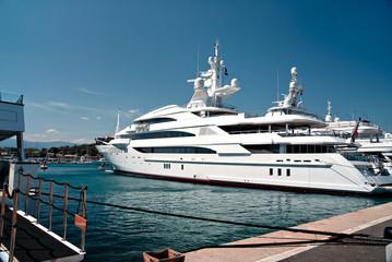 Un luxueux bateau dans le port d'Antibes