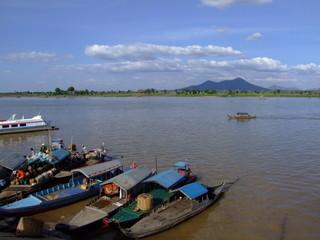 Bateaux et paysage en bord de fleuve