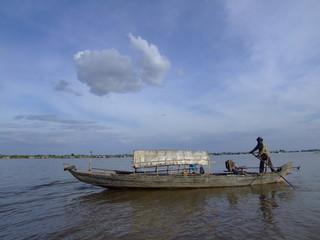 Bateau sur le fleuve Tonle