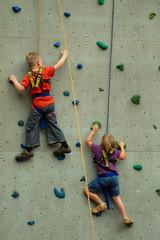 Junge und Mädchen klettern um die Wette