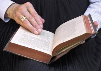 Hände mit altem Gesangbuch