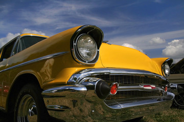 Tuinposter Oude auto s Yellow Classic Car