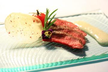 steak mit tomate und rosmarin