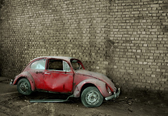 Foto op Textielframe Rood, zwart, wit Grunge car in front of a brick wall with copy space