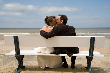 mariés sur un banc devant la mer 1