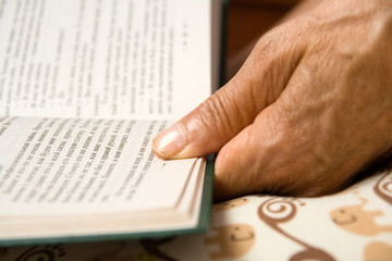 hand of reading a book woman