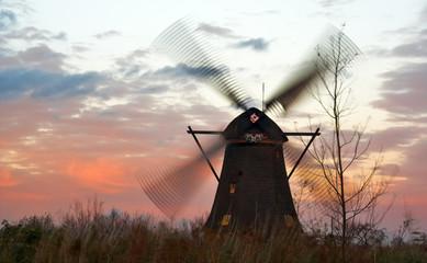 Foto auf Acrylglas Mühlen Windmills in Kinderdijk (Netherlands) at windy sunset.