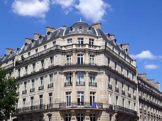 Immeuble au coin arondi avec colonnes, Paris