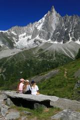 Enfant contemple la montagne
