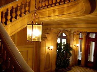 Escalier et lustre dans le hall d'un immeuble