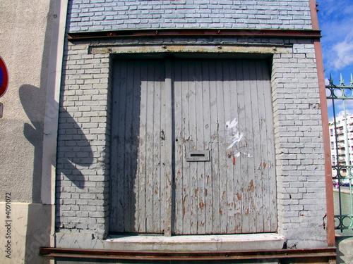 porte en bois grise sur fa ade grise de briques peintes. Black Bedroom Furniture Sets. Home Design Ideas