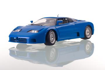 carro azul com reflexão. Tiro do estúdio