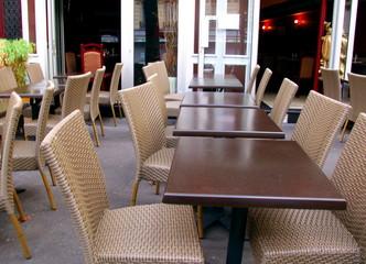 Tables et chaises, terrasse de restaurant Paris
