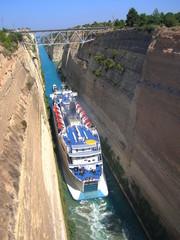 Photo sur Toile Canal Paquebot passant le canal de Corinthe, Grèce - 2 -