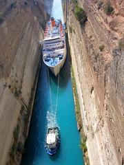 Fotorolgordijn Kanaal Paquebot passant le canal de Corinthe, Grèce