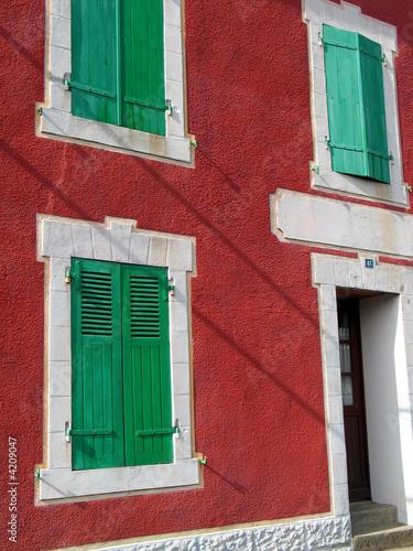 facade rouge au volet vert photo libre de droits sur la. Black Bedroom Furniture Sets. Home Design Ideas