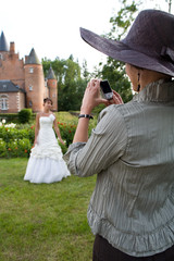 la mariée est prise en photo