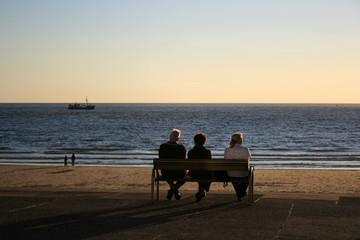 Menschen an der Promenade