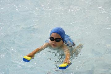 petit garçon qui apprend à nager