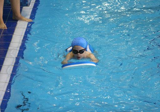 enfant qui apprend à nager