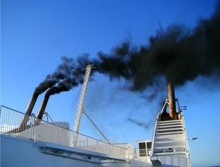 fumée sortant de la cheminée d'un ferry