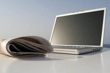 Laptop, Notebook mit Zeitung