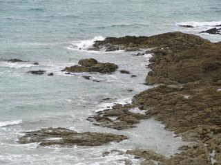 vagues se fracaçcant sur les rochers